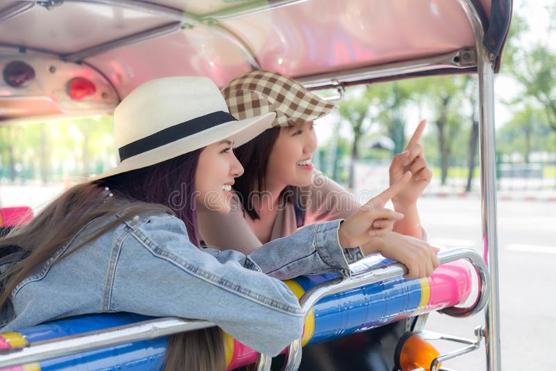 As mulheres bonitas do turista apontam o dedo ao lugar turístico As mulheres bonitas atrativas do viajante obtêm a viagem aprecia foto de stock royalty free