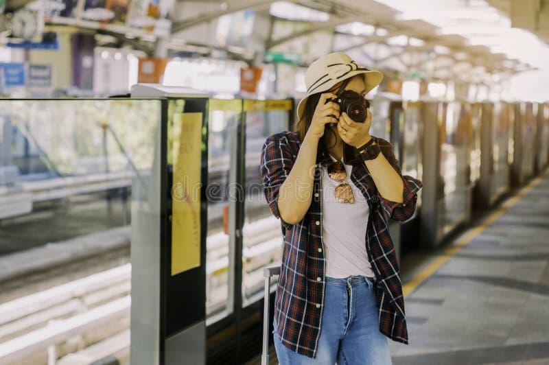 As mulheres bonitas estão tomando fotos ao esperar os wi do trem fotografia de stock