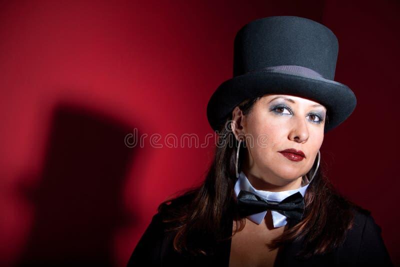 As mulheres bonitas no chapéu superior e curvar-amarram fotografia de stock