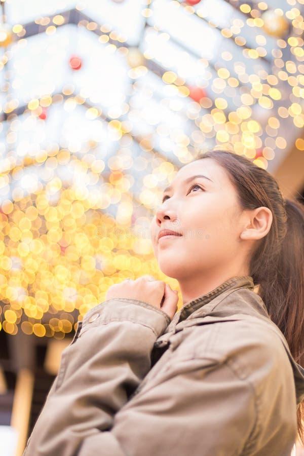 As mulheres bonitas viajam e sorriem com fundo claro do bokeh imagem de stock