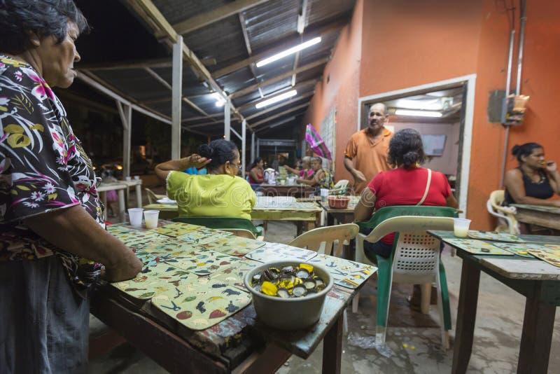 As mulheres colombianas que jogam o outsite do jogo do bingo na vila centram-se fotografia de stock royalty free
