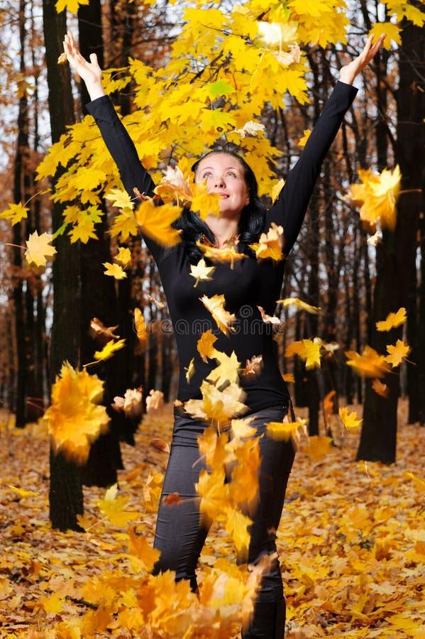 As mulheres com a floresta levantada do outono das mãos fotografia de stock