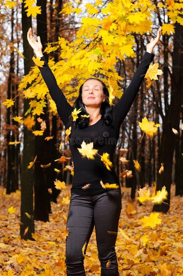As mulheres com a floresta levantada do outono das mãos fotos de stock