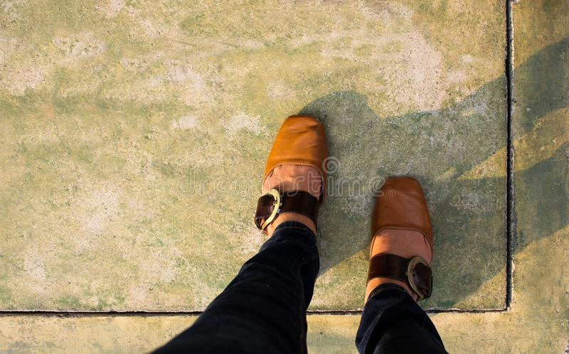 As mulheres com sapatas de couro pisam no assoalho concreto, vista superior fotos de stock royalty free