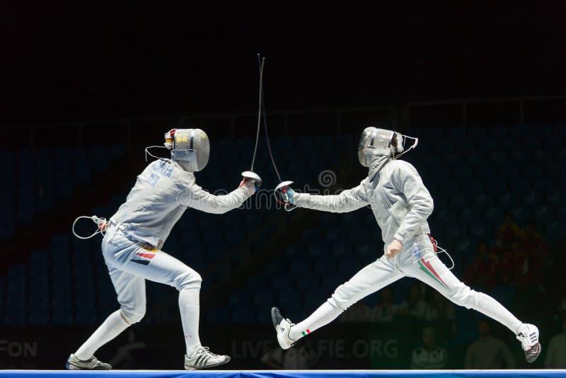 As mulheres competem no campeonato do mundo no cerco foto de stock royalty free