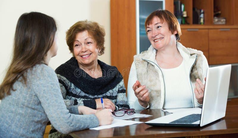As mulheres contentes idosas que fazem no escritório de notário público fotos de stock