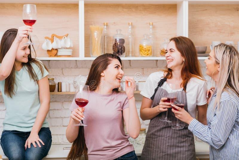 As mulheres das felicitações da celebração dos elogios brindam a alegria foto de stock
