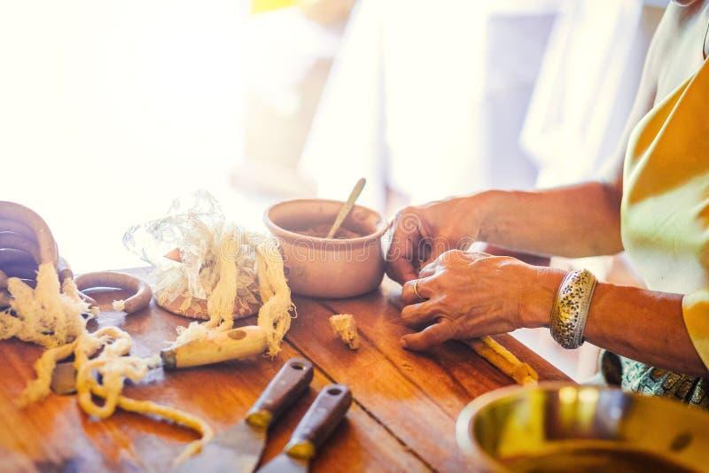 As mulheres das mãos fazem a vela aromática tailandesa para a utilização alimentar - grande para sobremesas tailandesas - a padar fotografia de stock royalty free