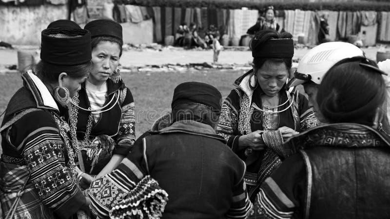 As mulheres de Hmong preto com matéria têxtil tradicional fotografia de stock royalty free