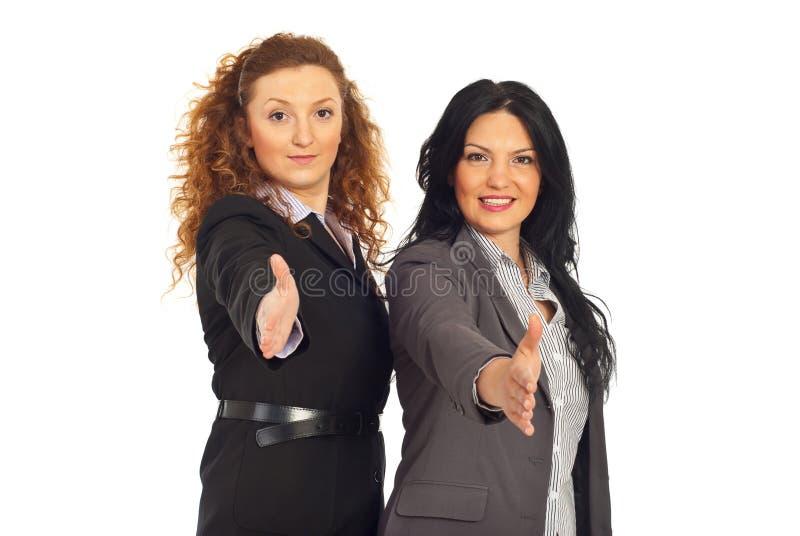 As mulheres de negócio amigáveis dão o aperto de mão fotos de stock royalty free