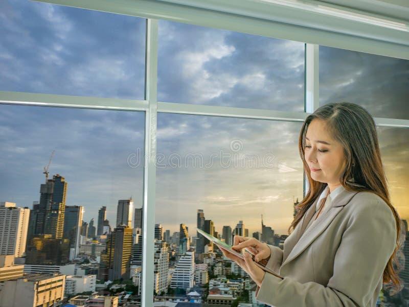 As mulheres de negócio modernas olham a coisa da tabuleta sobre o mercado de valores de ação fotografia de stock
