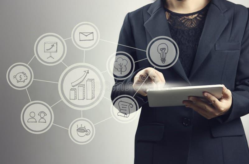 As mulheres de negócios pressionam no smartphone e no portátil com linha logotipo da conexão imagem de stock royalty free