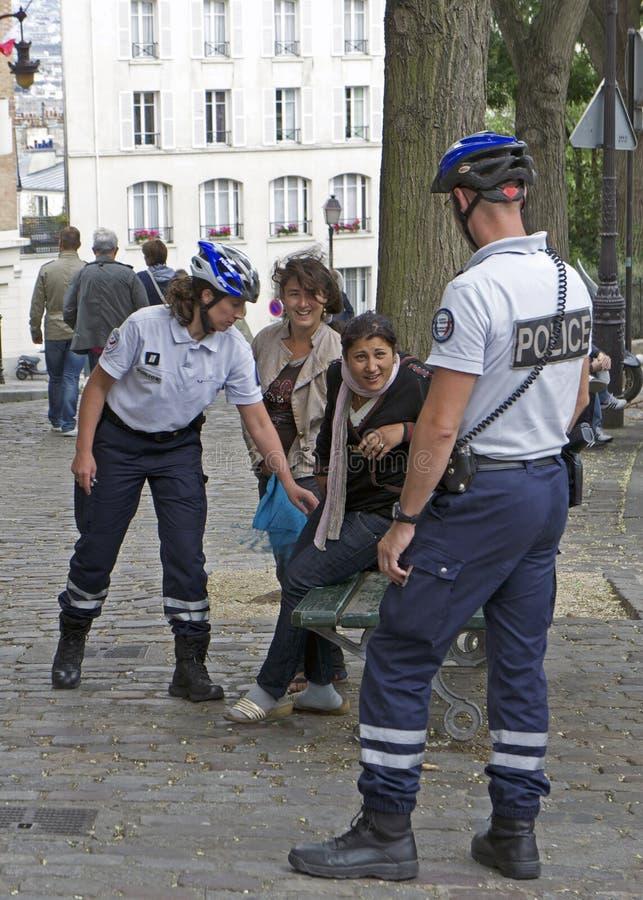 As mulheres de Roma procurararam pela polícia francesa foto de stock