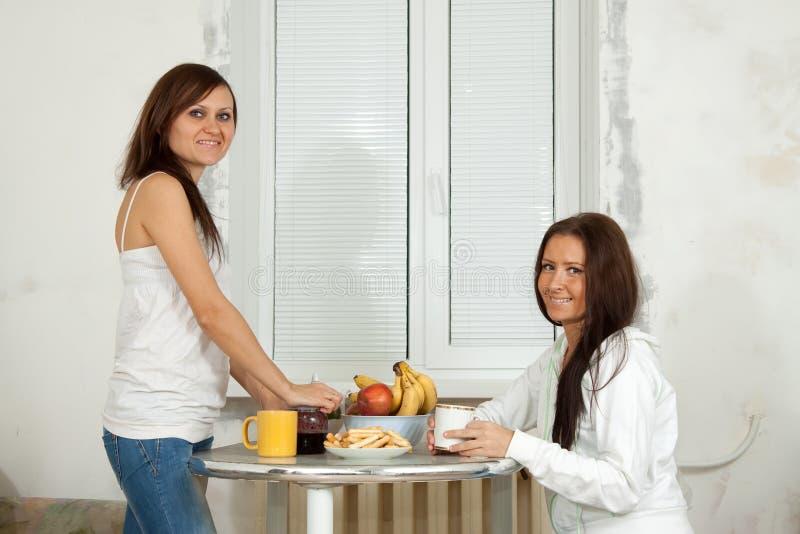 As mulheres de sorriso têm o chá imagem de stock