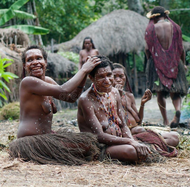 As mulheres de um tribo do Papuan fotos de stock royalty free