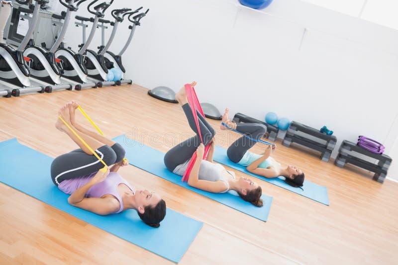 As mulheres desportivas com exercício unem-se no estúdio da aptidão imagem de stock