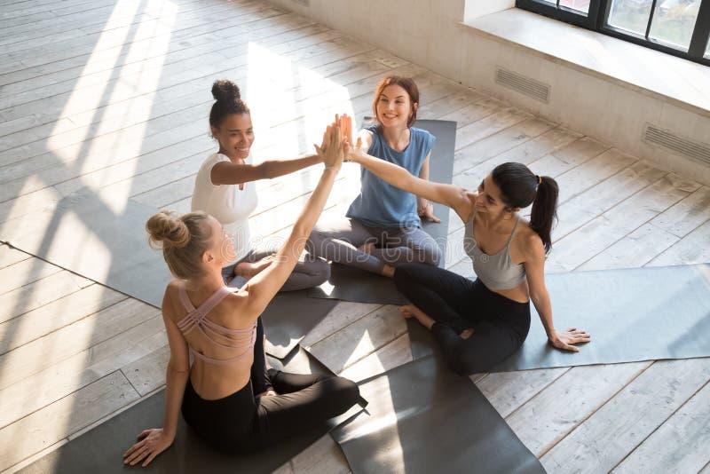 As mulheres diversas felizes dão o sucesso de comemoração do esporte altamente cinco imagem de stock royalty free