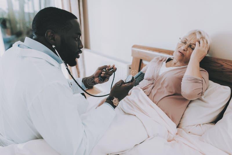 As mulheres dizem sobre sua condição Doente paciente da sensação fotos de stock