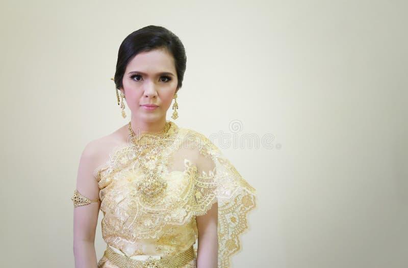 As mulheres do ASEAN do vestido nacional de Tailândia são bonitas no creme co fotografia de stock