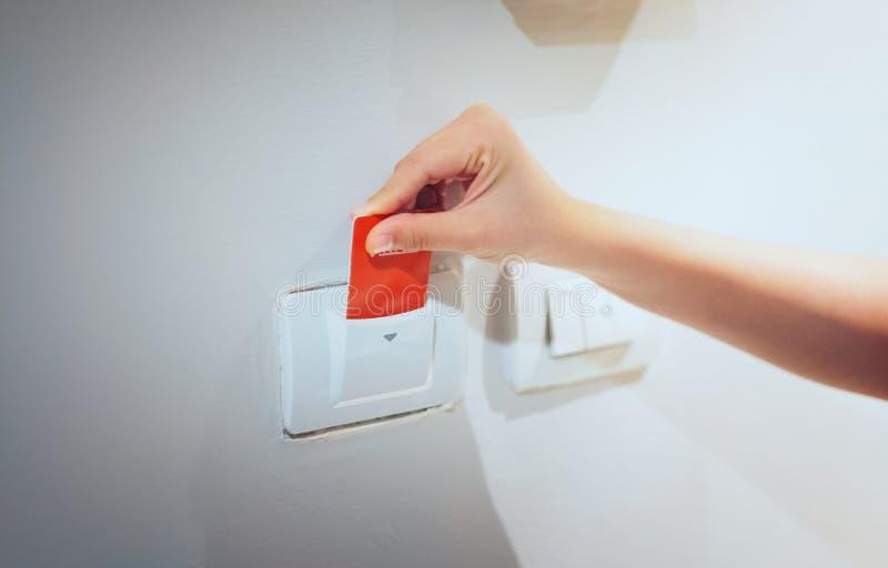 As mulheres do close up entregam introduzem o cartão chave a abrir i eletrônico claro fotos de stock