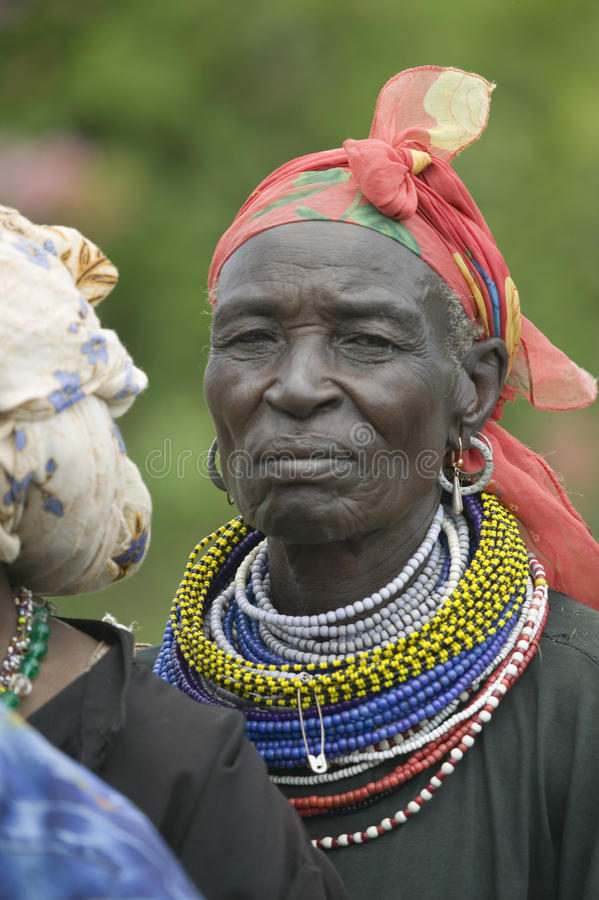 As mulheres do Kenyan estão na linha para obter o controle de saúde para HIV/AIDS em Pepo La Tumaini Jangwani, reabilitação P da  foto de stock