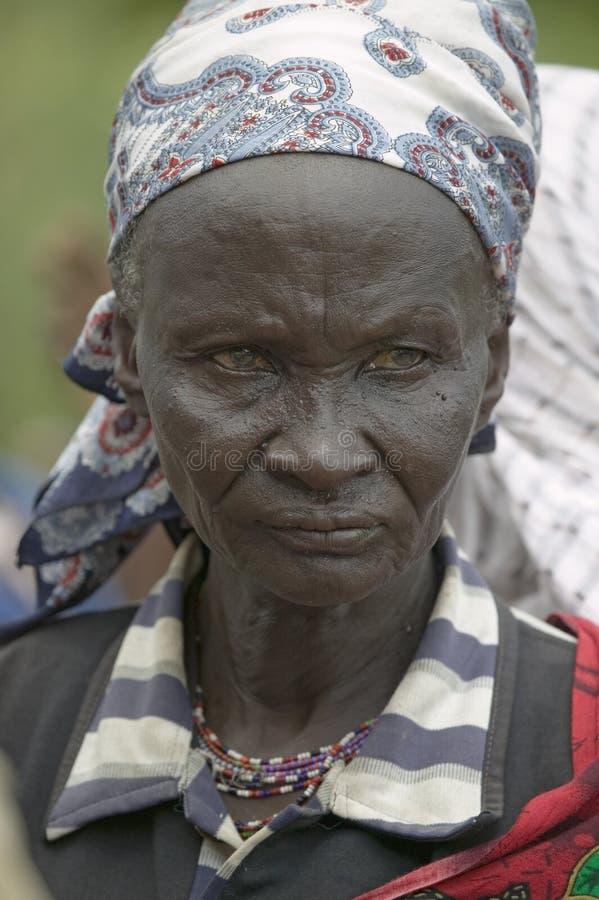 As mulheres do Kenyan estão na linha para obter o controle de saúde para HIV/AIDS em Pepo La Tumaini Jangwani, reabilitação P da  imagem de stock royalty free