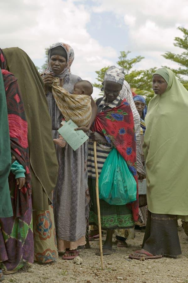 As mulheres do Kenyan estão na linha para obter o controle de saúde para HIV/AIDS em Pepo La Tumaini Jangwani, reabilitação P da  fotos de stock