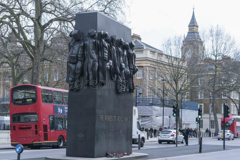 As mulheres do memorial da segunda guerra mundial em Whitehall Londres Reino Unido imagem de stock