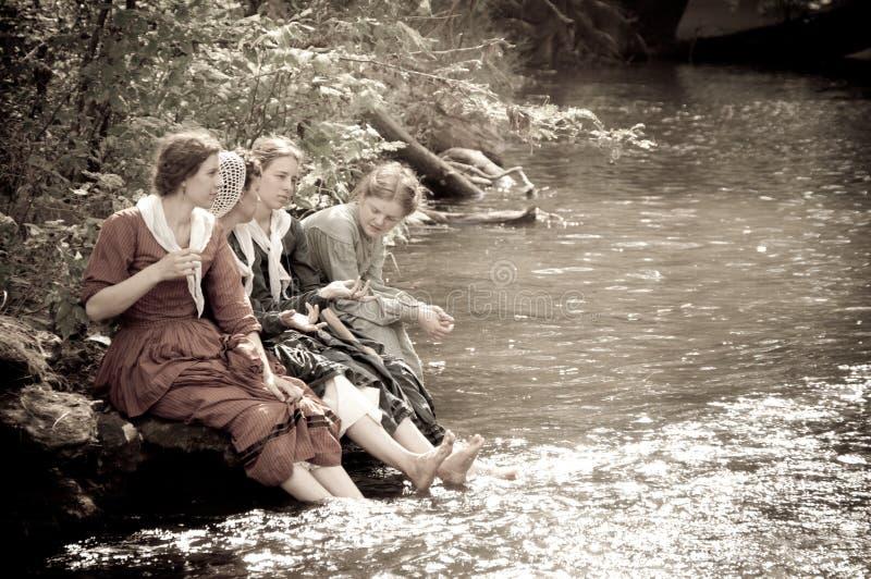 As mulheres do Sepia pela angra do rio na guerra civil reenactmen imagens de stock