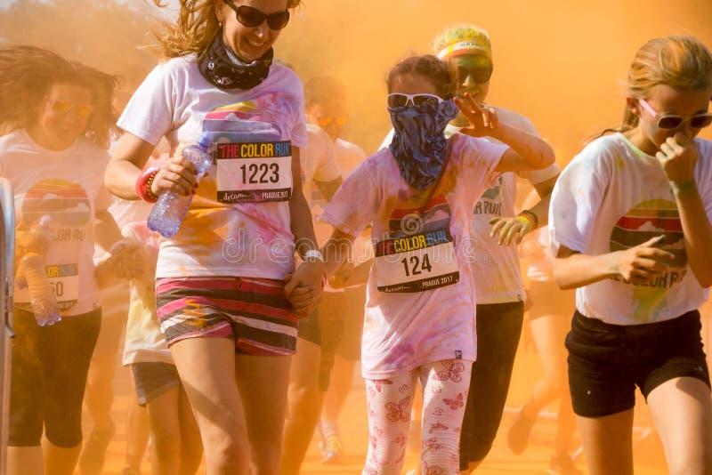 As mulheres e as crianças que participam na cor correm em Praga imagens de stock