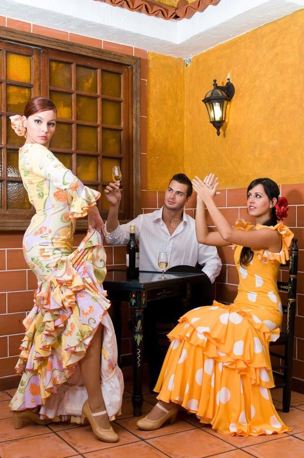 As mulheres e o homem em vestidos tradicionais do flamenco dançam durante Feria de abril em April Spain imagens de stock