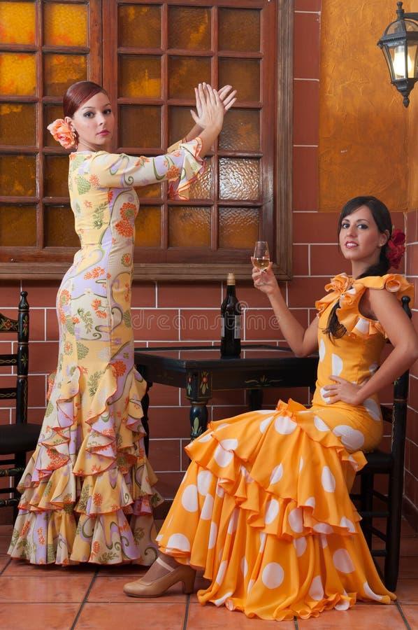 As mulheres e o homem em vestidos tradicionais do flamenco dançam durante Feria de abril em April Spain foto de stock royalty free