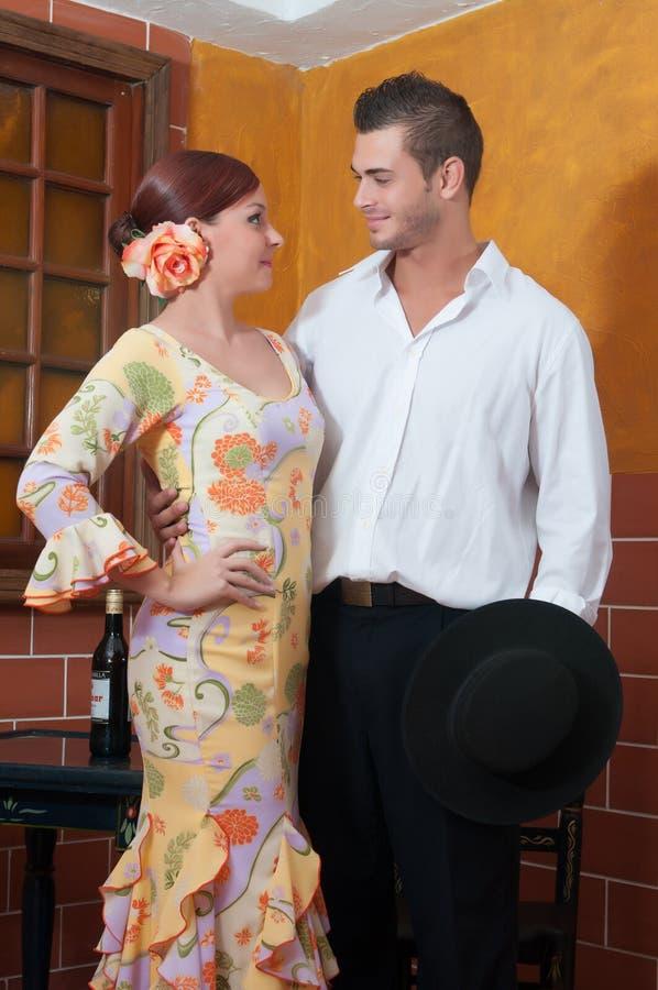 As mulheres e o homem em vestidos tradicionais do flamenco dançam durante Feria de abril em April Spain fotos de stock