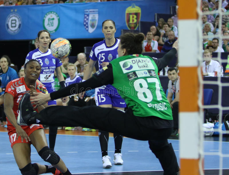 "AS MULHERES EHF do HANDBALL PATROCINAM o †""CSM BUCURESTI do FINAL 4 da LIGA contra ZRK VARDAR fotos de stock royalty free"