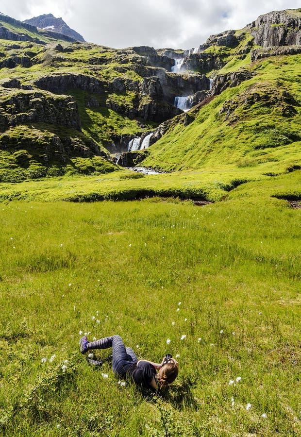 As mulheres em estabelecer a posição estão fotografando a cachoeira de Klifbrekkufossar fotos de stock