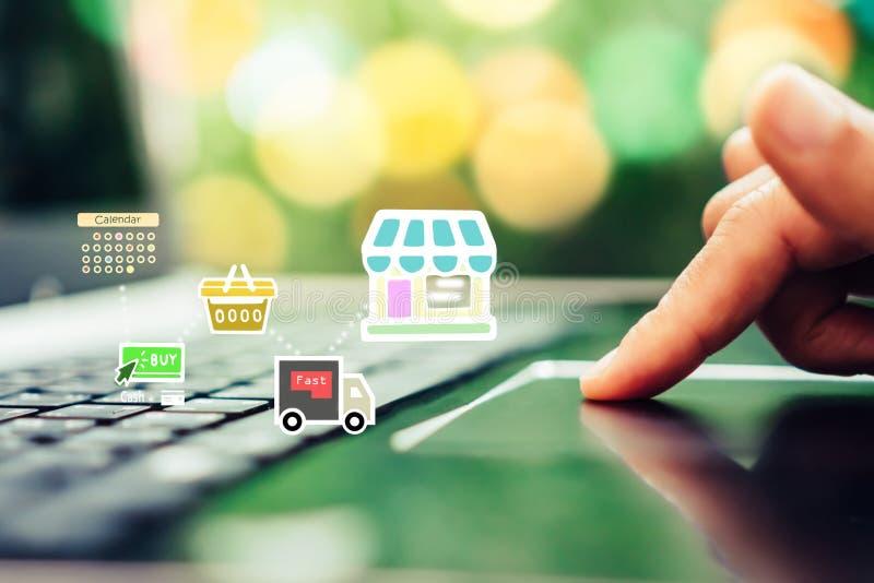 As mulheres entregam usando o smartphone fazem a loja em linha de compra com vários ícones da garatuja estalam acima foto de stock