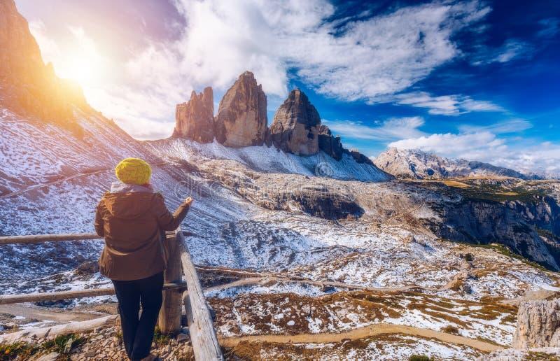 As mulheres entregam usando um compasso nas montanhas, conceito do curso han fotografia de stock royalty free