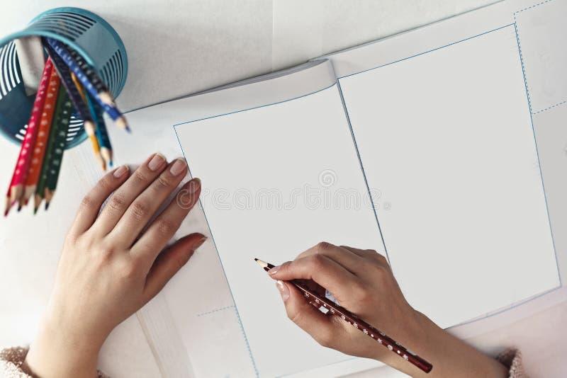 As mulheres escrevem no papel imagem de stock
