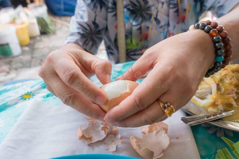As mulheres estão comendo ovos cozidos para o café da manhã fotos de stock royalty free