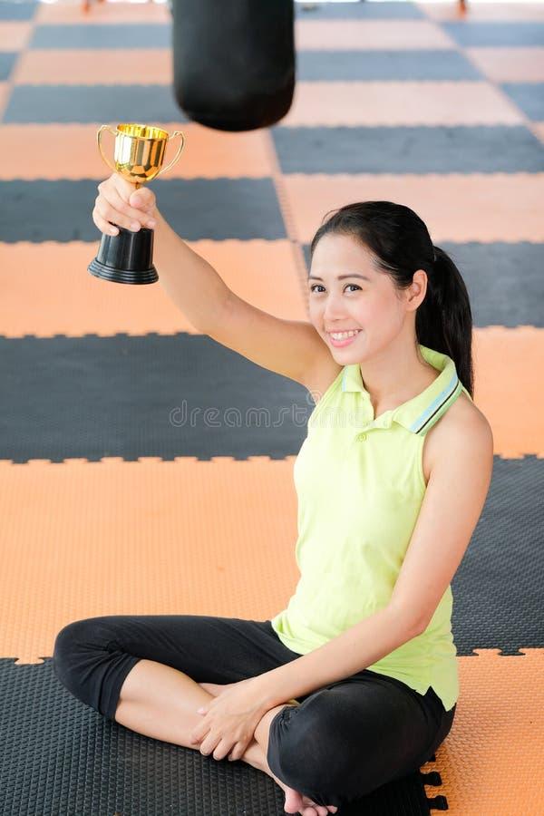 As mulheres estão contentes de ser concedido o copo do ouro dos esportes imagem de stock royalty free