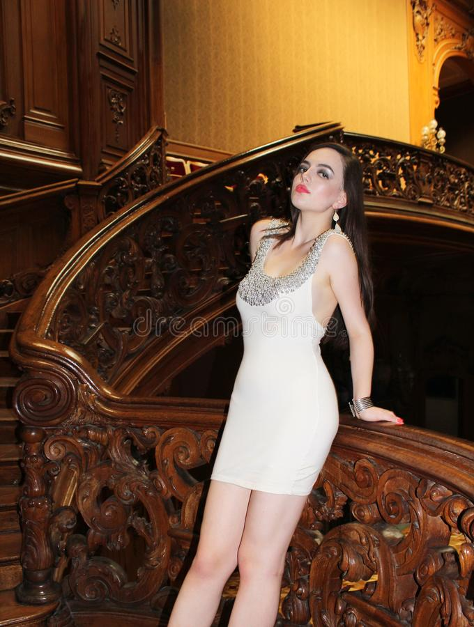 As mulheres estão escadas próximas na casa velha imagens de stock royalty free