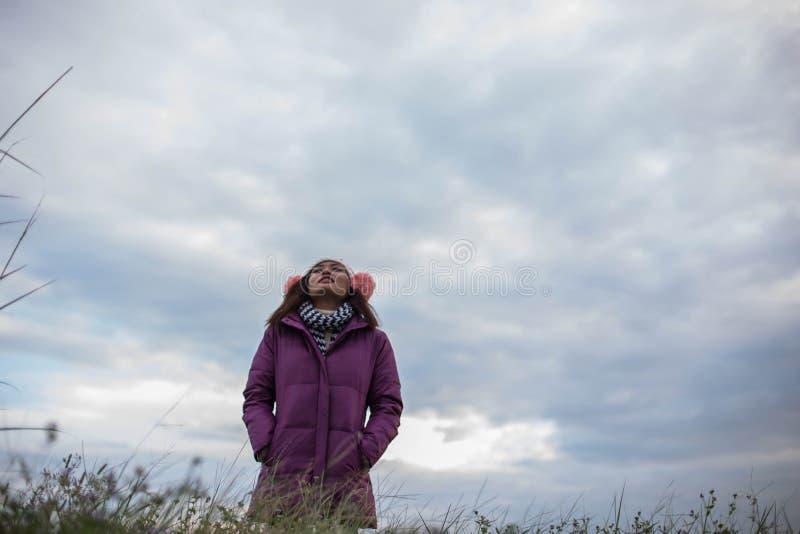 As mulheres estão felizes no inverno fotos de stock