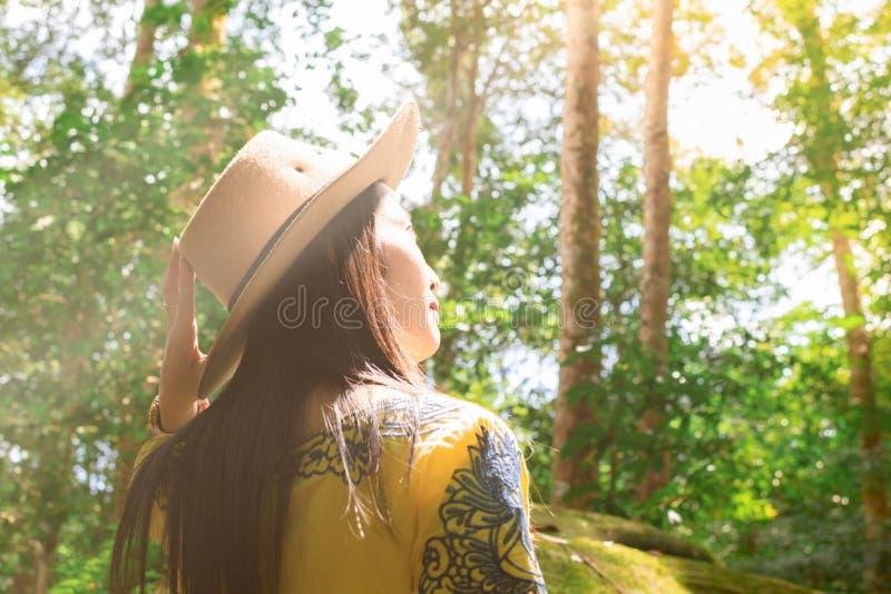 As mulheres estão na floresta úmida, no ambiente e no curso Província militar de Phu Hin Rongkla Phetchabun da escola da política fotos de stock royalty free