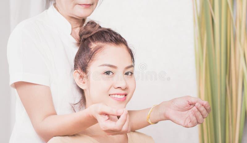 As mulheres estão obtendo a massagem tailandesa em seu ombro fotos de stock