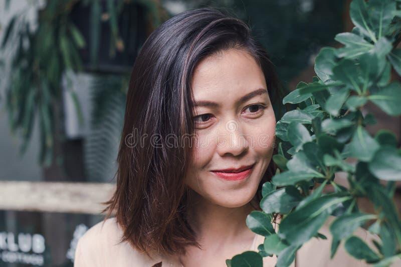 As mulheres estão sorrindo felizmente ao admirar as folhas foto de stock
