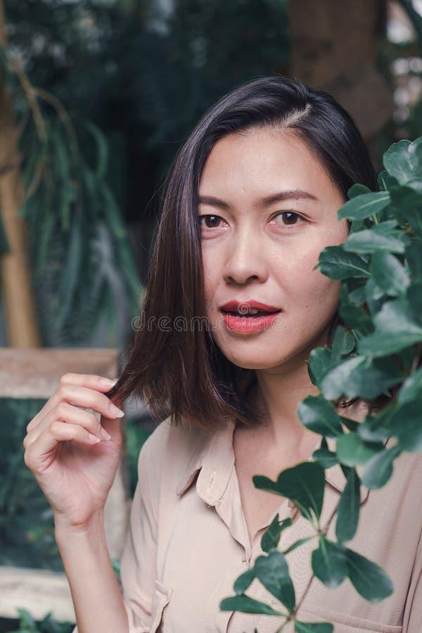 As mulheres estão sorrindo felizmente ao admirar as folhas fotos de stock