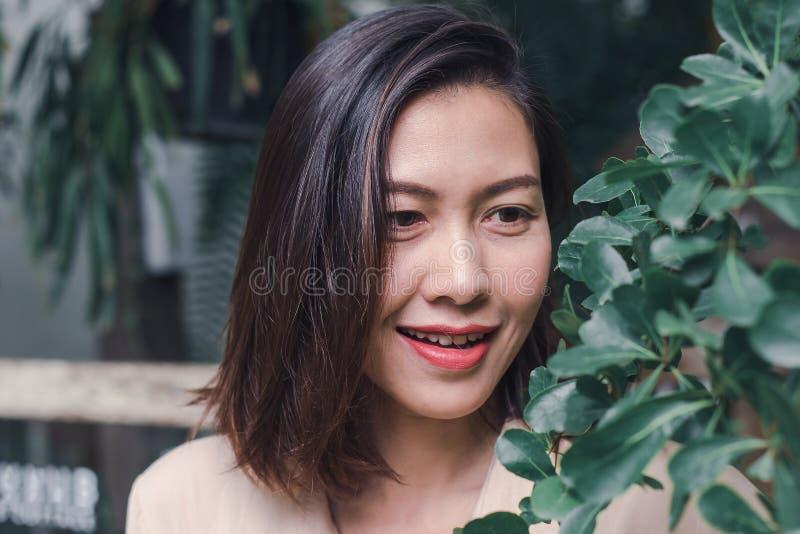 As mulheres estão sorrindo felizmente ao admirar as folhas fotos de stock royalty free