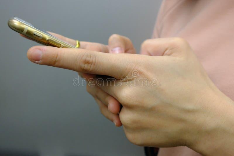 As mulheres estão usando um telefone celular foto de stock royalty free