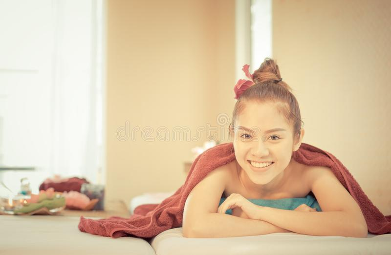 As mulheres felizes estão encontrando-se na cama dos termas foto de stock