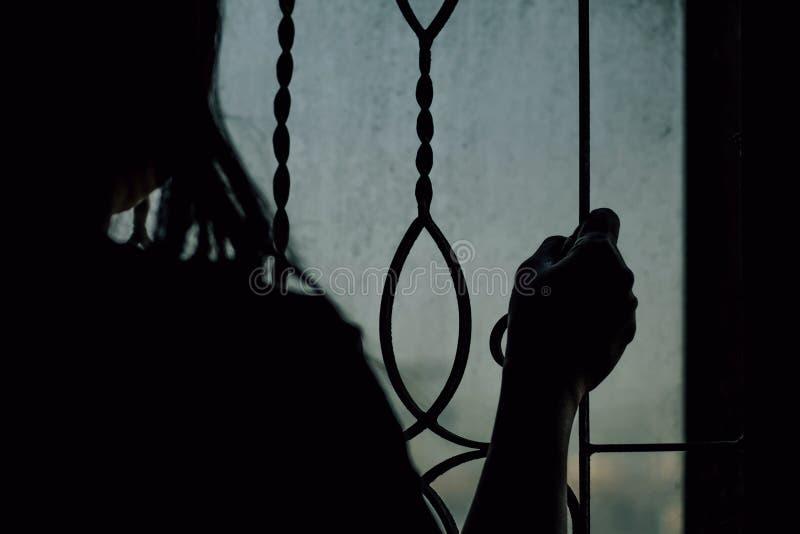 As mulheres foram prendidas dentro da sala escura imagem de stock royalty free